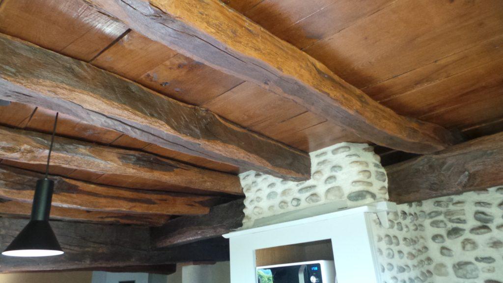 plafond avec poutres apparentes blanchies